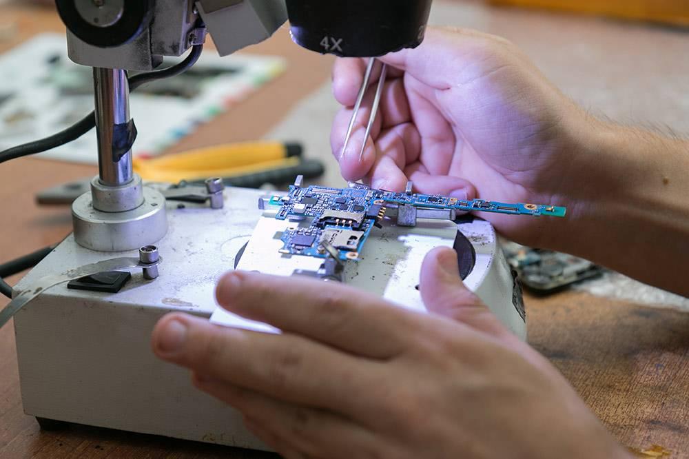 Чтобы работать с микросхемами, нужен микроскоп и специальные инструменты
