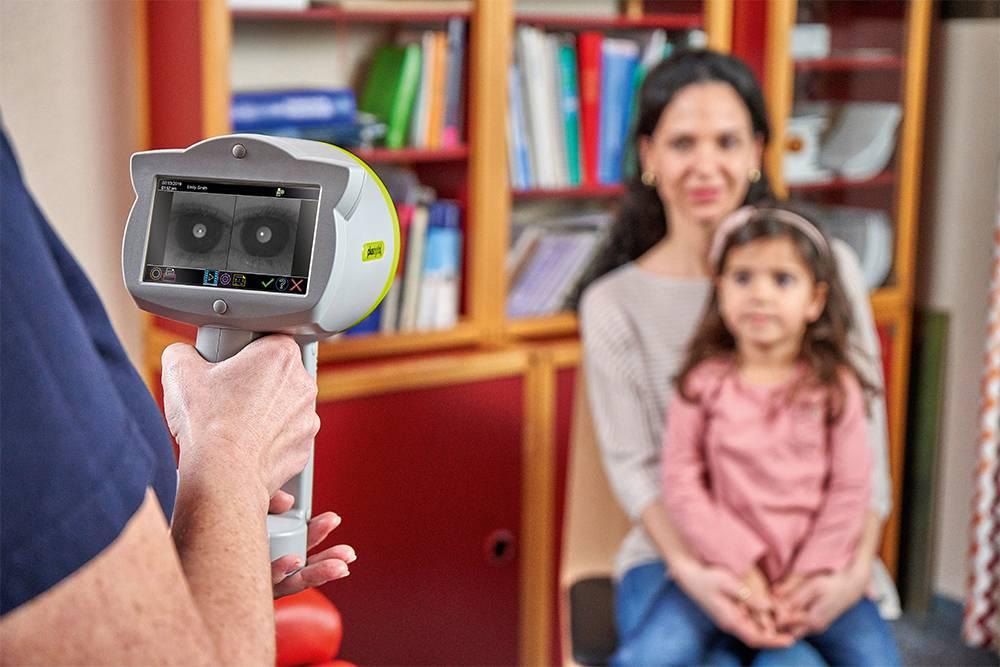 В более современно оборудованных поликлиниках вместо скиаскопии офтальмолог может провести рефрактометрию спомощью прибора, похожего нафотоаппарат. Он автоматически определит рефракцию. Источник: Plusoptix