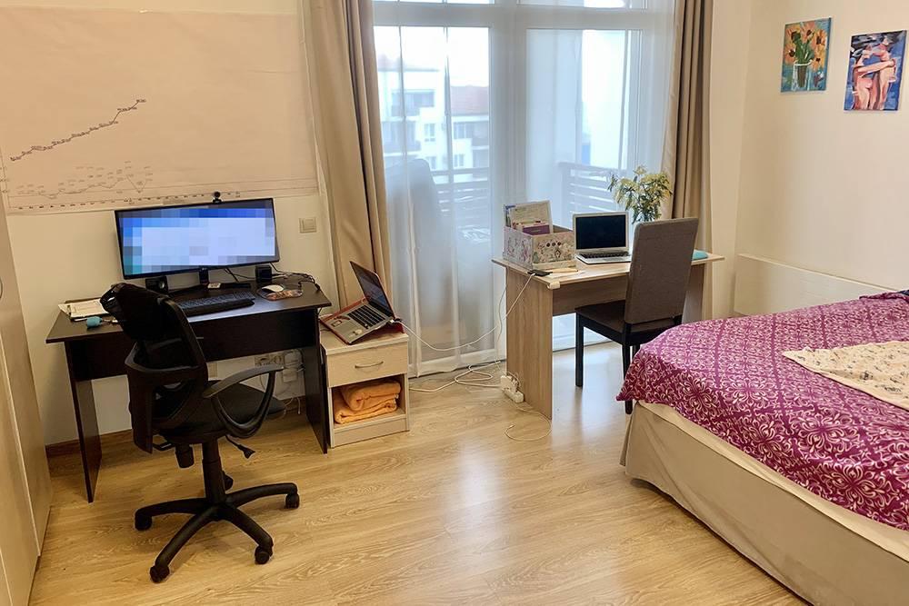 В спальне я оборудовал два рабочих места — столы, кресла, монитор. Неудобно, конечно, но трехкомнатных апартов не было в наличии. Идеально, когда дляэтого есть отдельный кабинет