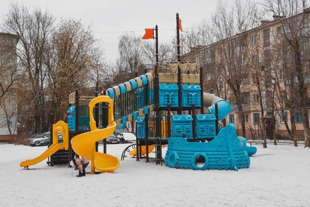 Почти все на детских площадках сделано из пластика
