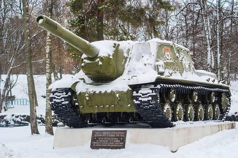 В отличие от танка, у самоходки ИСУ-152 нет поворотной башни, а лобовая броня намного толще