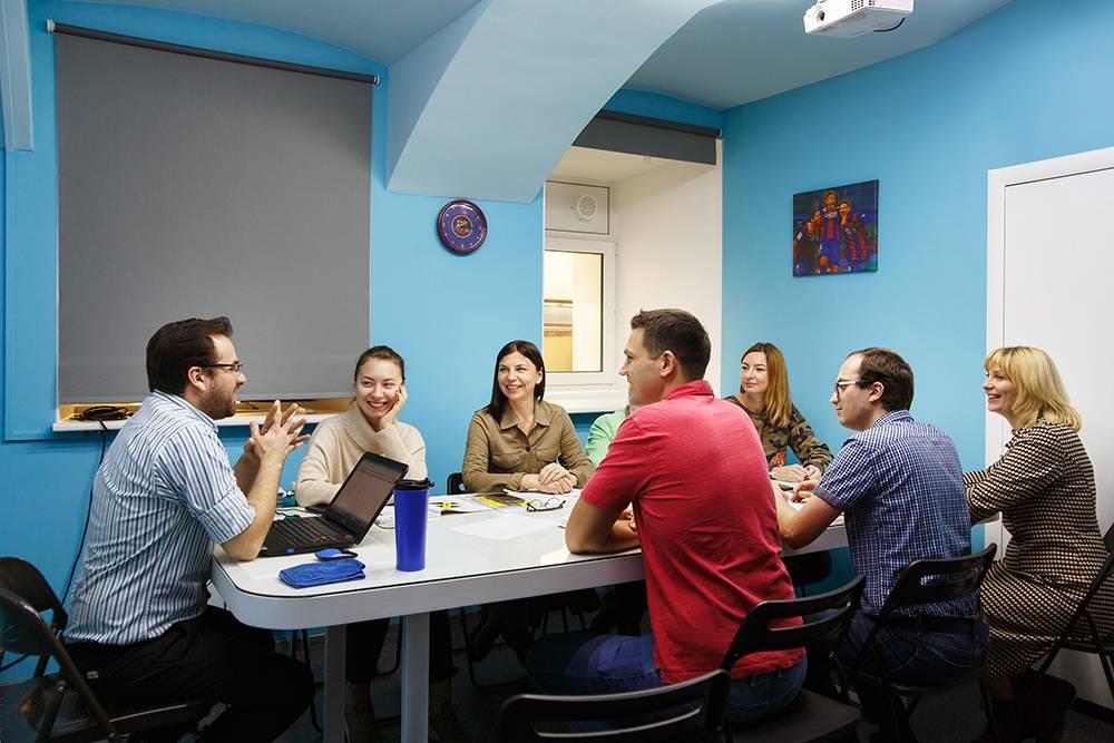 Общий стол объединяет группу, создает дух команды. И позволяет легче выполнять групповые упражнения на разговорную практику
