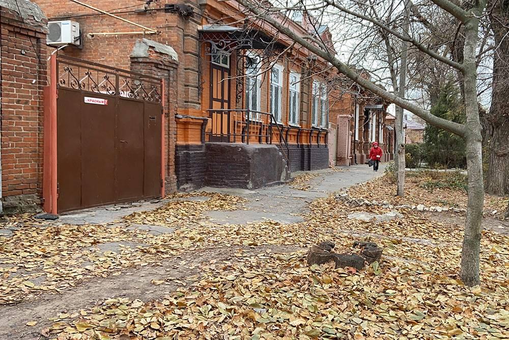 Когда я гуляю по старым улицам осенью, понимаю, что никогда не уеду из Таганрога