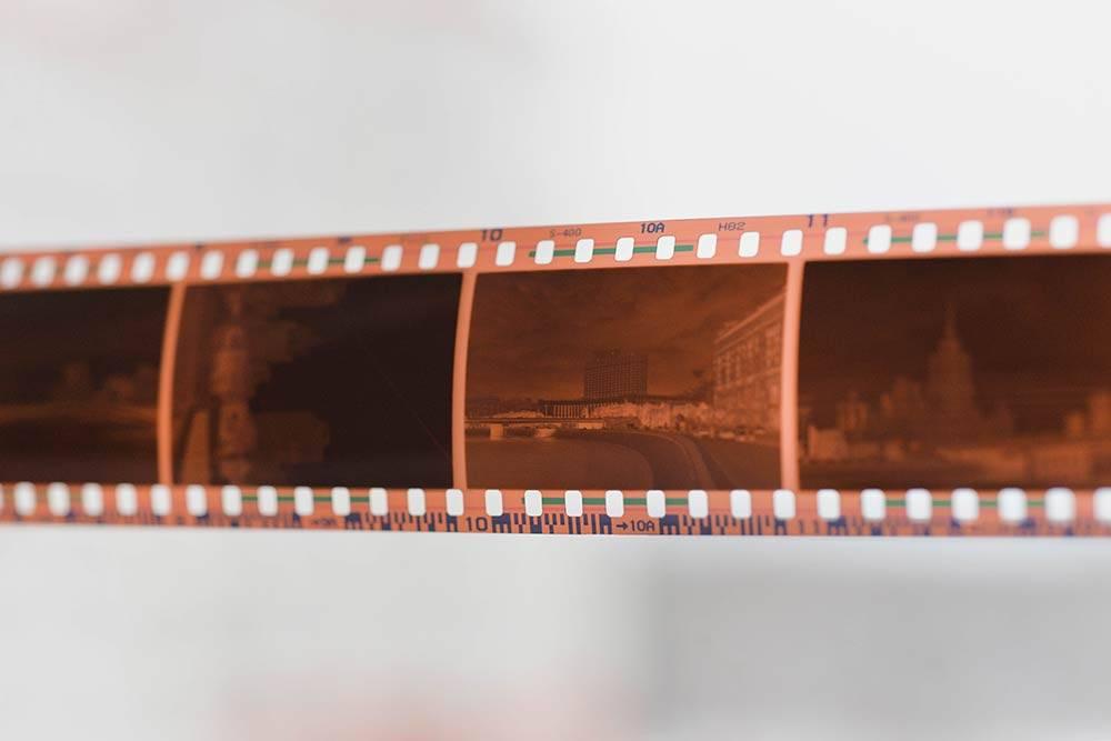 Так выглядит проявленная фотопленка. Я всегда забираю негативы из фотолаборатории, чтобы, если понадобится, заново отсканировать нужные кадры или распечатать напрямую с пленки — так лучше качество