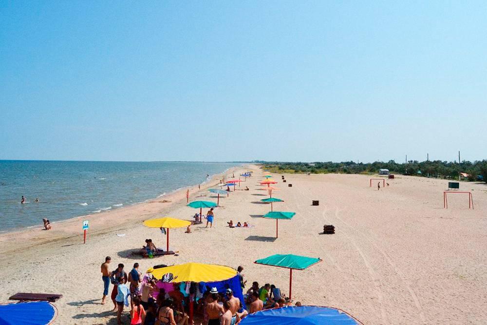 В кемпинге «Оазис» есть только домики. Там обустроенный пляж, можно заселяться с животными и бесплатно парковать автомобиль рядом с домом. Минимальная цена за домик — 1500<span class=ruble>Р</span>. Фото: «Кемпинги России»