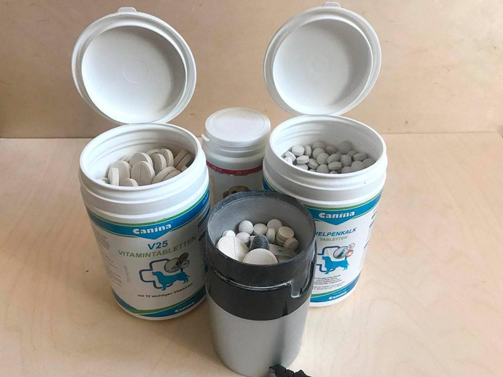 Три вида витаминов для щенков. Сначала таблетки приходилось измельчать кофемолкой и добавлять в еду