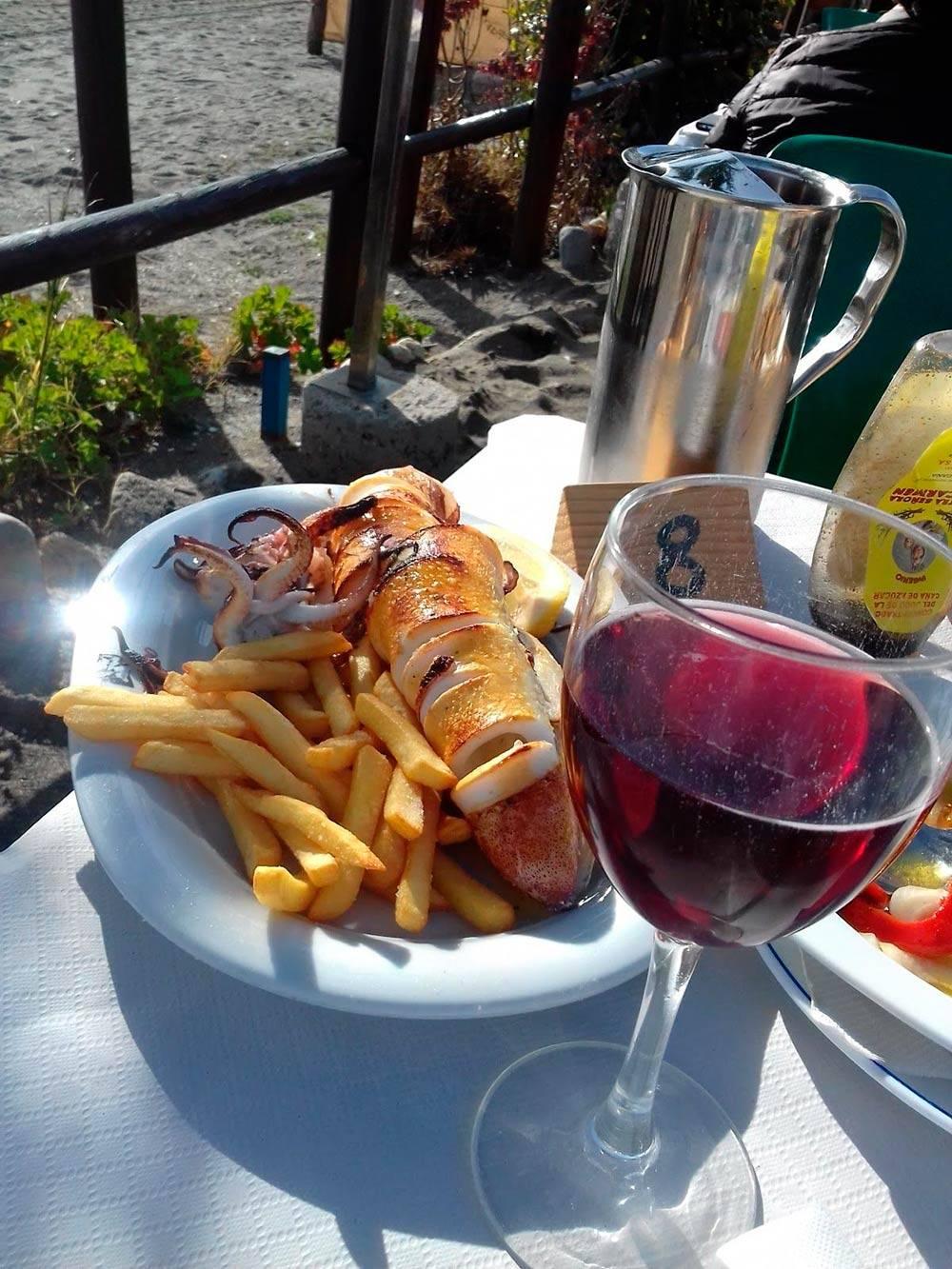 В ресторане на пляже мы заказали кальмара на гриле, картошку и пару бокалов вина. Все это стоило 20€