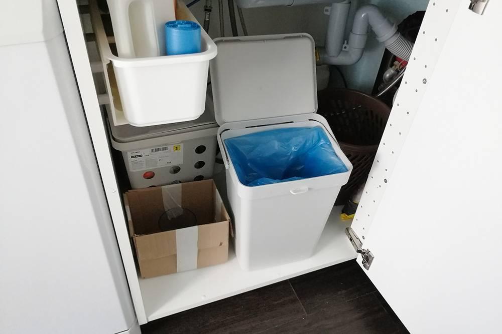 Вот так у нас сейчас устроена сортировка мусора. Контейнер на переднем плане — длянесортируемого мусора, картонная коробка — длястекла и металла, за ней контейнер длятетрапаков, справа в глубине старая мусорная корзина дляпластика и бумаги