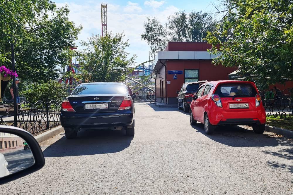 Так паркуются в Тюмени — проезжай как хочешь