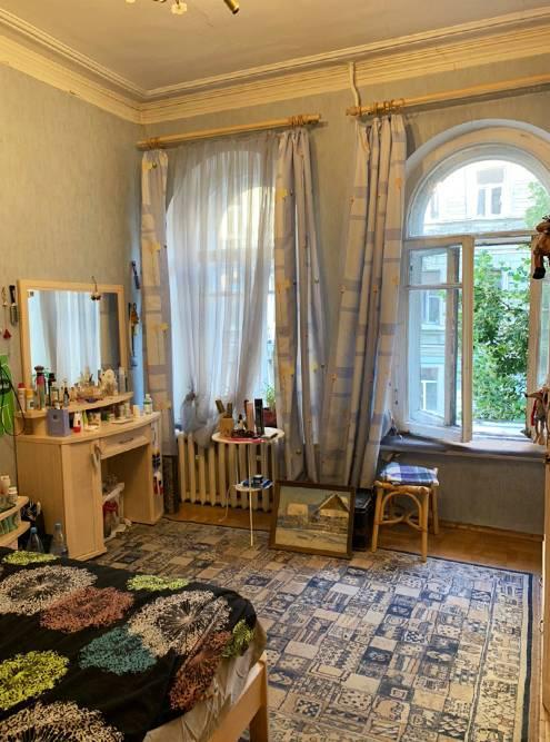 Втакой квартире хочется заняться каким-нибудь аристократическим хобби: коллекционировать предметы искусства, например