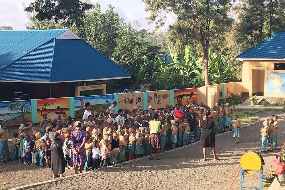 Утренняя линейка вобычной общеобразовательной школе рядом слоджем «Нгаре-серо». Волонтер, который жил влодже втожевремя, чтоия, проводил мастер-классы попедагогике дляучителей. Водин издней ясходила вшколу вместе сним