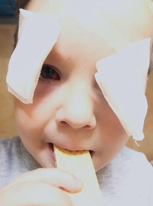 После того как повязку сняли, хирург прикрепил надбровями две «шторки». Они нужны, чтобы втравмированные глаза непопала грязь ичтобы защититься отяркого света. Снять их можно было впервый день после выписки перед сном.
