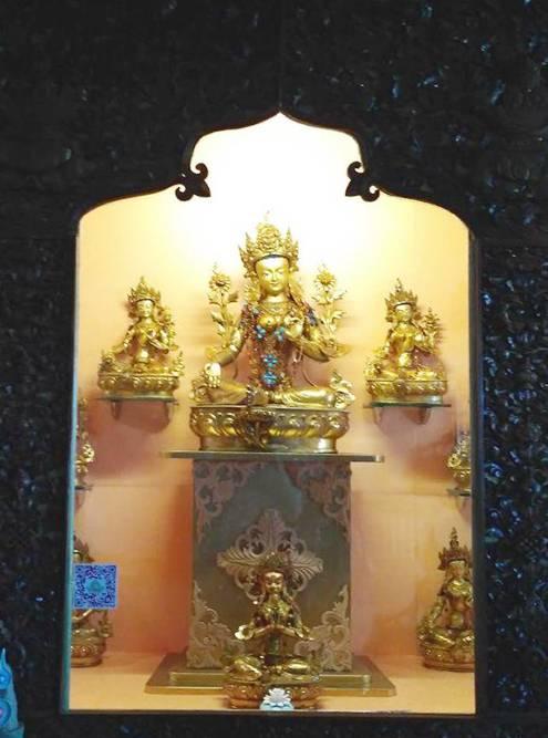 В дугане помимо большой статуи Будды есть еще много золотых статуэток. Во время молитв верующие подносят им еду