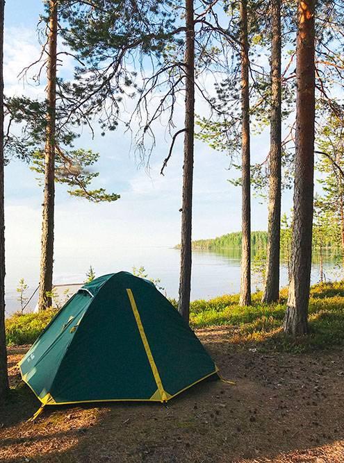 В палатке я сплю на обычном туристическом коврике. Это жесткий «матрас», но на удивление на нем я высыпаюсь лучше, чем в европейских отелях