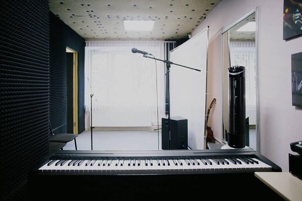 В классах вокала стены оклеены поролоном для шумоизоляции