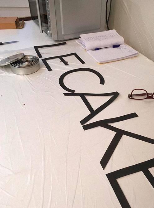 Шоколадные буквы я вырезала по бумажному трафарету