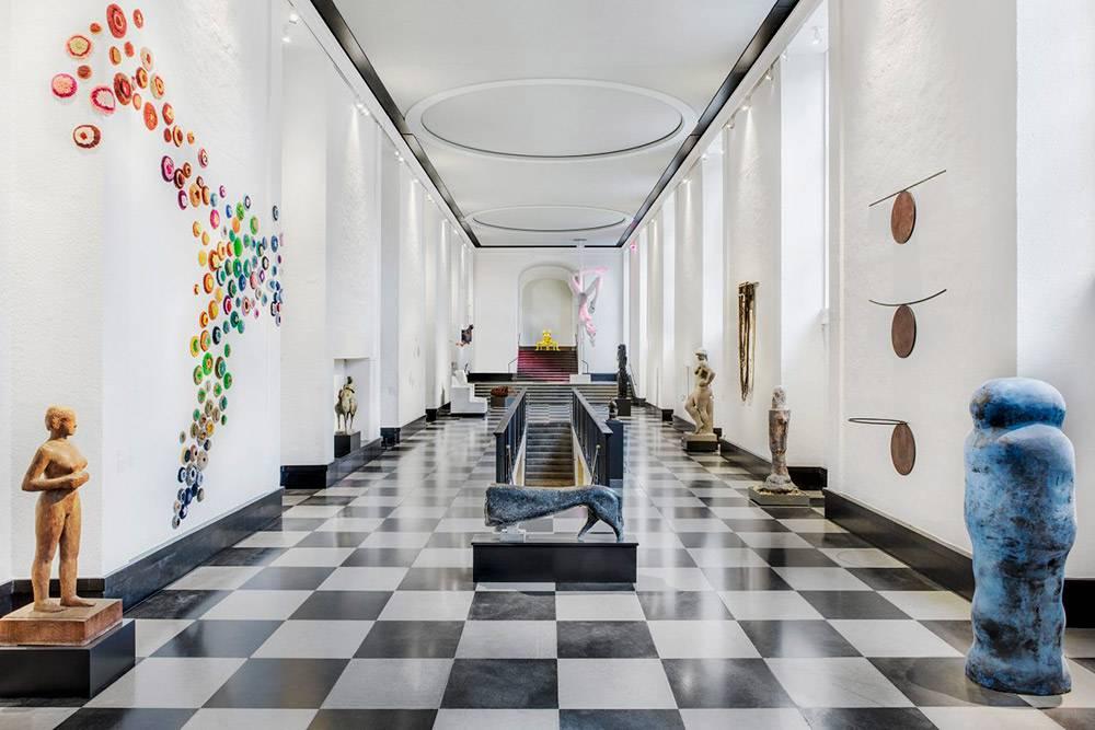 В Konstmuseum есть экспонаты начиная сэпохи Возрождения идонаших дней. Это зал современной скульптуры. Источник: официальный сайт Konstmuseum