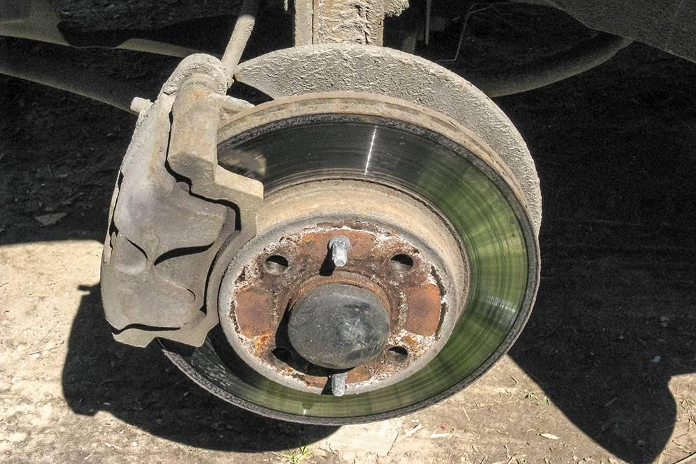 Хотя сверху со стороны внешней поверхности тормозного диска тоже видно неплохо