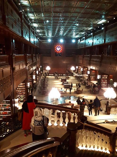 В библиотеке огромные потолки и много воздуха