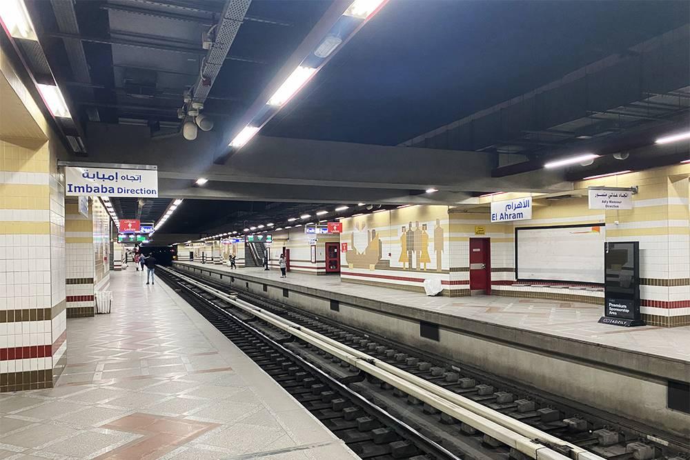Это станция Al Ahram. В метро Каира достаточно чисто. Оно не такое глубокое, как в Петербурге, но людей значительно больше. Навигация мне показалась не очень понятной, а сотрудники в кассах не говорили на английском