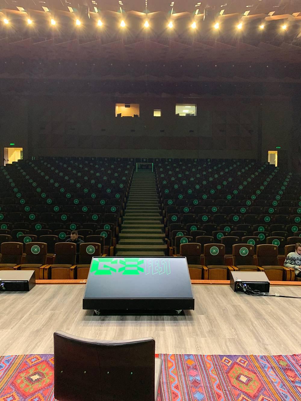 Из-за коронавируса ивент перенесли онлайн, и огромный пустой зал пугает даже больше, чем еслибы там были зрители