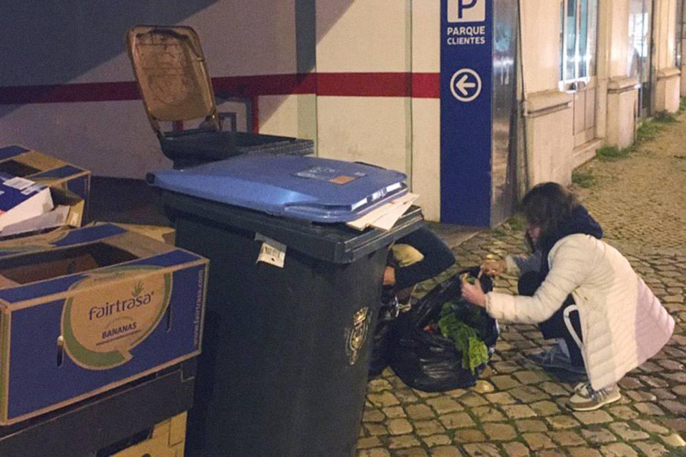 Это я не просто копаюсь в мусорке, а занимаюсь дампстер-дайвингом — можно сказать, спасаю еду