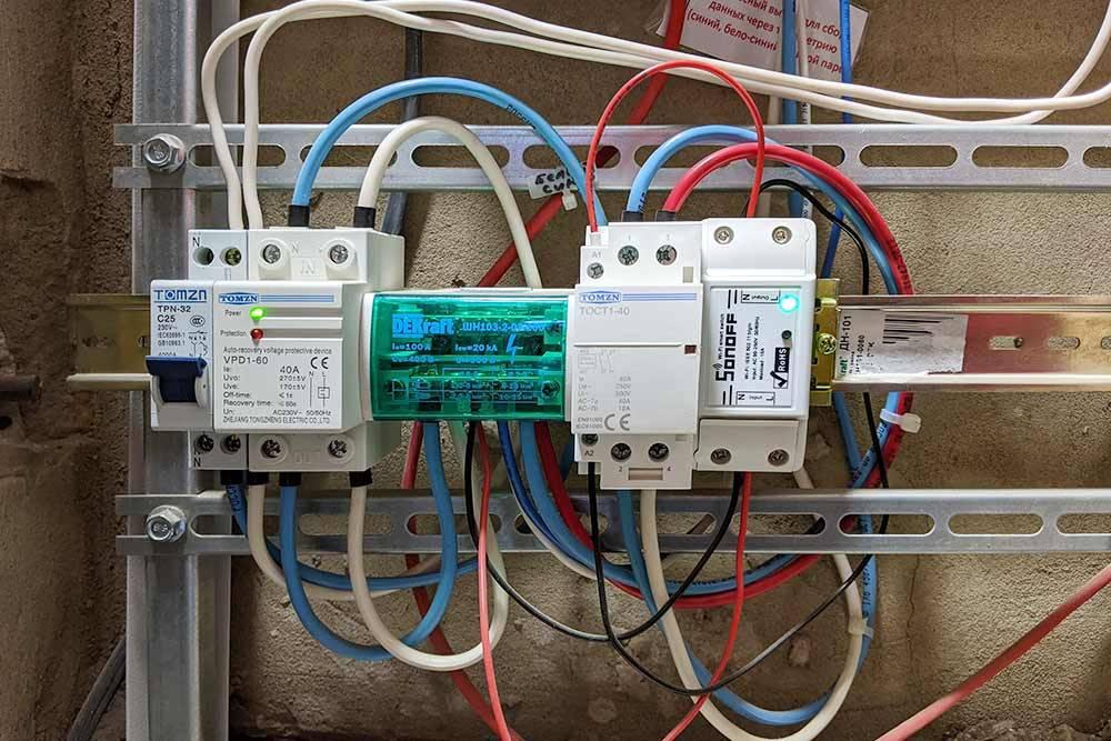Контактор Tomzn на40А вместе сумным модулем Sonoff, установленные вподъездном щите