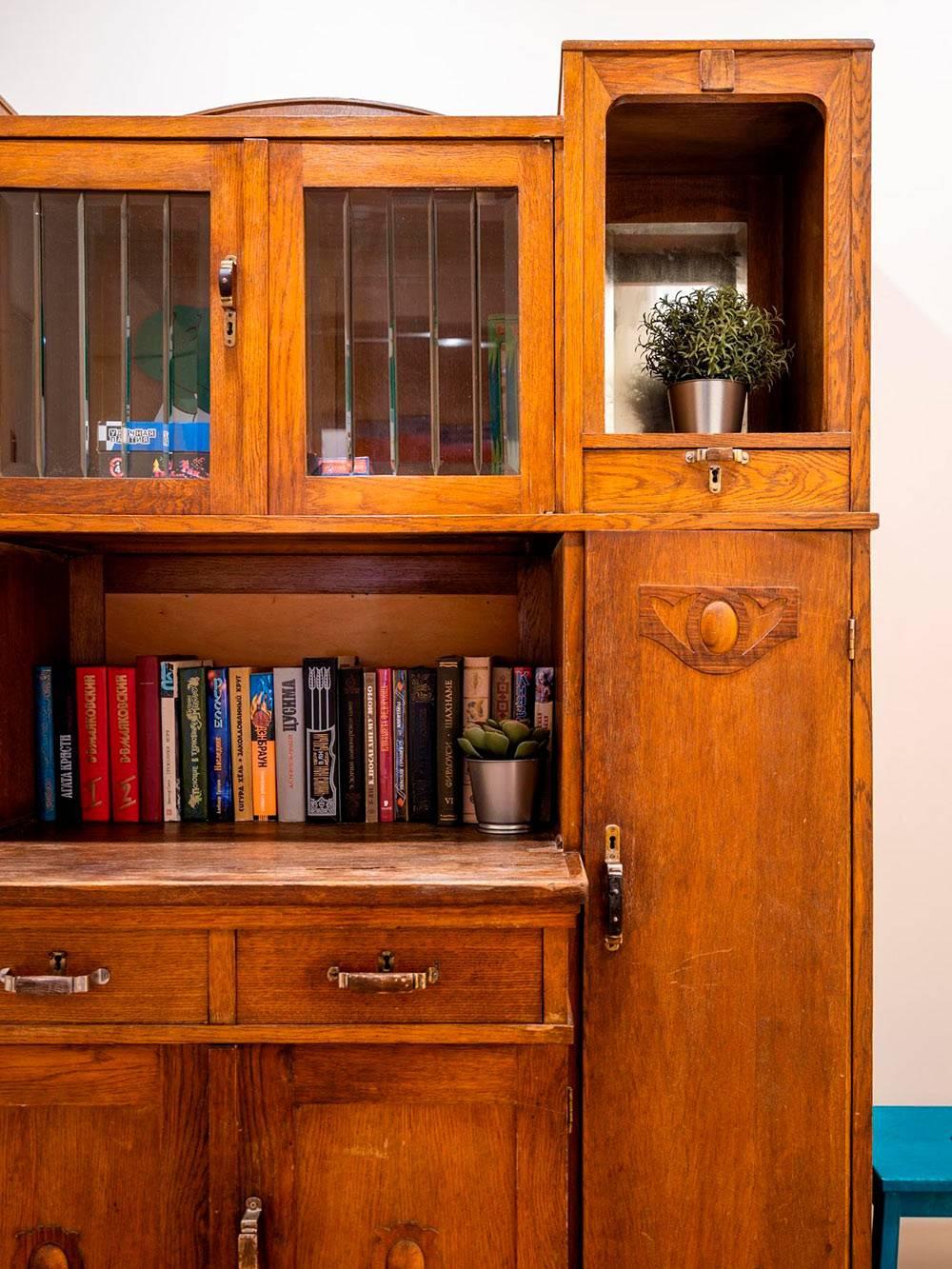 90-летний буфет. В боковом шкафчике — фены, а внизу — запас туалетной бумаги. На фото видно неродную ручку. Интересно, сможетели вы найти ее?