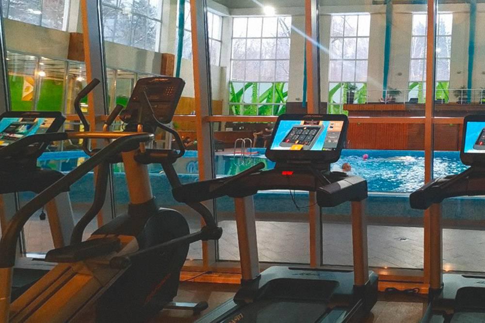 Мой фитнес-клуб. Вид из зала на бассейн