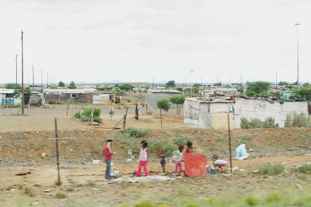 Дети играют на окраине тауншипа рядом с дорогой