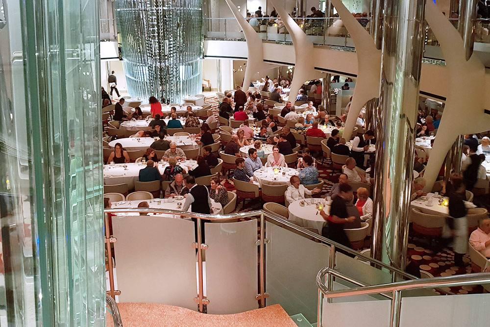 Это ресторан, где я работала. В нем помещается 389столов на разное количество гостей, которых обслуживает большая команда: 84 официанта, 78помощников официанта, 2хостес, 17сомелье, 17барменов и 5помощников метрдотеля