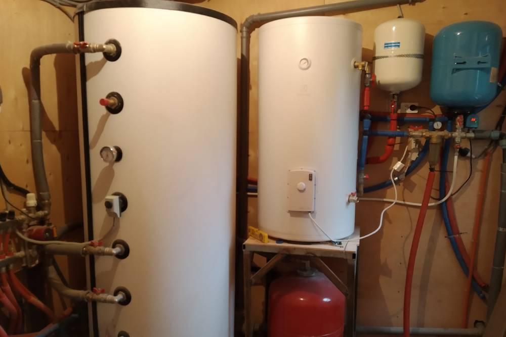 Так выглядит система отопления и водоснабжения в моем доме. Бак слева нагревается ТЭНом и в течение дня запасенная энергия используется в теплых полах