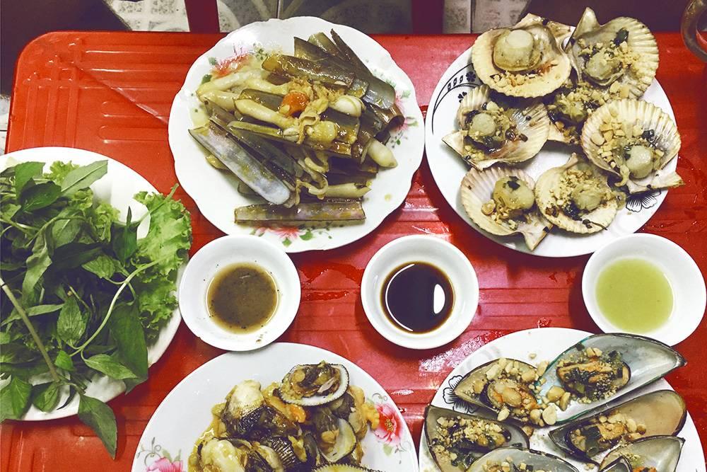 Во Вьетнаме недорогие морепродукты: устрицы, гребешки, мидии, бритвы. Их готовят на гриле с добавлением зелени и арахиса либо в чесночном соусе. Цена за порцию — 40 000 ₫ (112<span class=ruble>Р</span>)