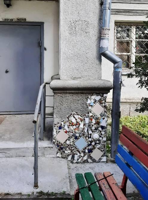 Мозаика у подъезда соседнего дома нашей республики изысканно восполнила недостатки штукатурки