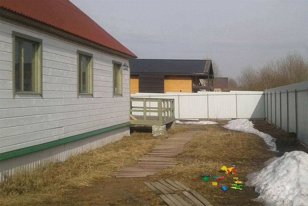 У моего дома свайный фундамент с «фартуком» из профлиста — ребристые листы из металла. Такой цоколь не мог защитить подполье от промерзания