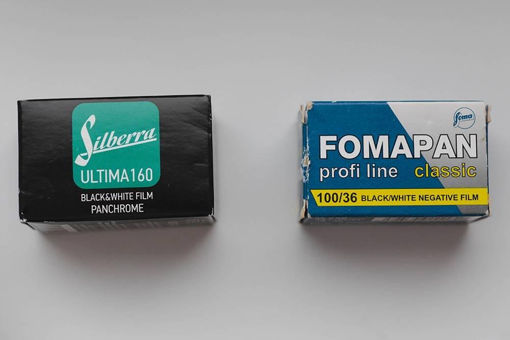 Коробочки с черно-белыми «Сильберрой» и «Фомапаном», каждая на 36 кадров. 160 и 100 — это ISO. На упаковке «Сильберры» написано, что она панхроматическая. «Фомапан» всегда выпускает панхроматическую пленку, поэтому лишние обозначения не нужны