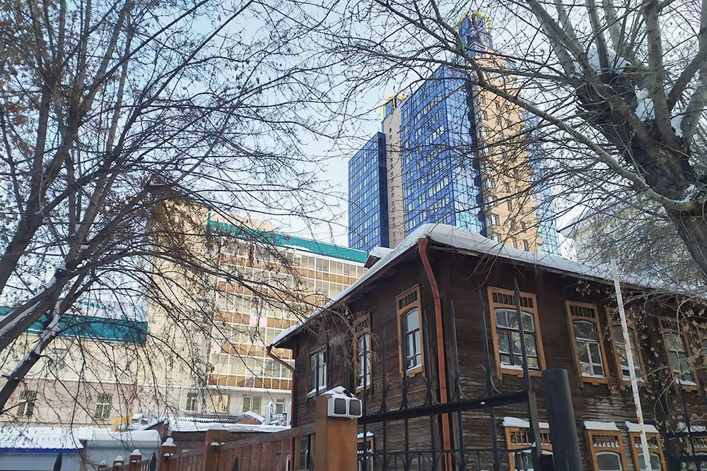 Новосибирск — город контрастов, где деревянные дома соседствуют с высотками