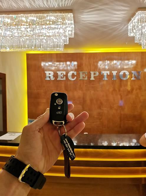 Сдаю ключ от машины на ресепшен отеля, чтобы прокатчик забрал машину