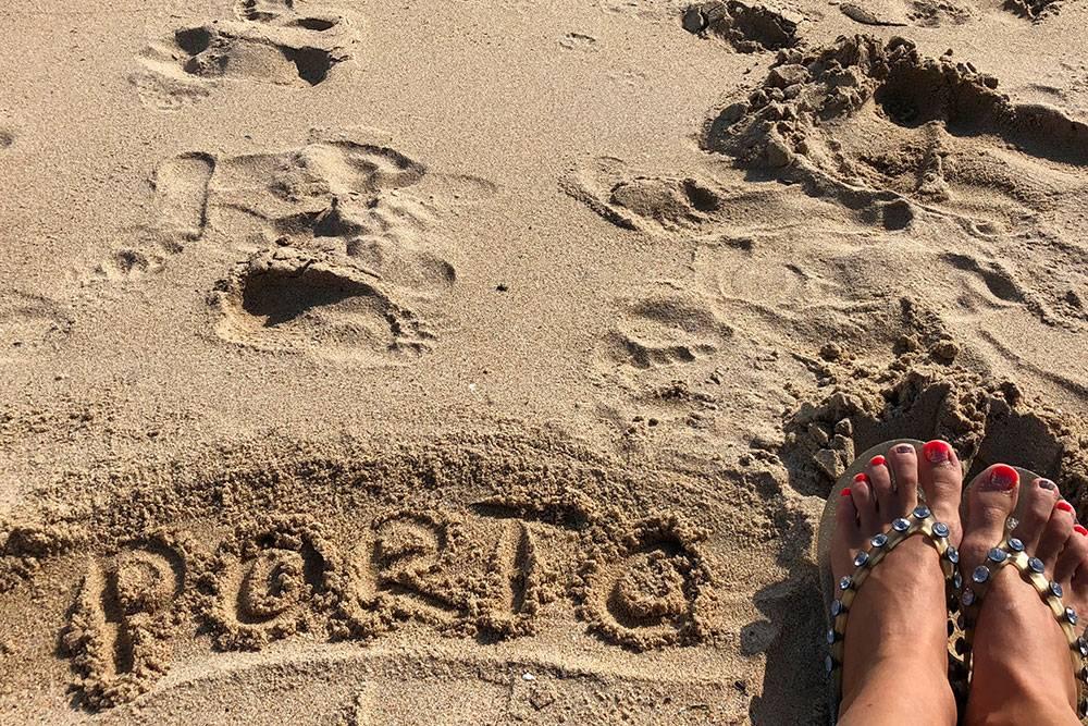 Хороший пляж в Порту я не нашла. Возможно, из-за отлива весь берег был в камнях. Но красивое фото с ногами сделать получилось. Инстаграм поверил, что я купалась в Порту