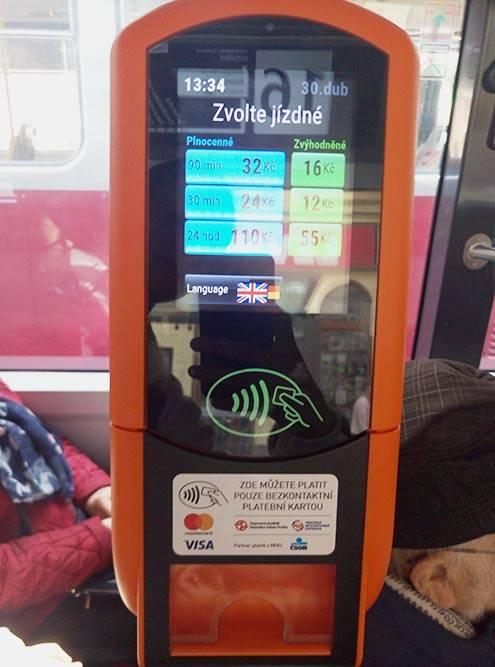 Автомат для оплаты проезда картой в трамвае