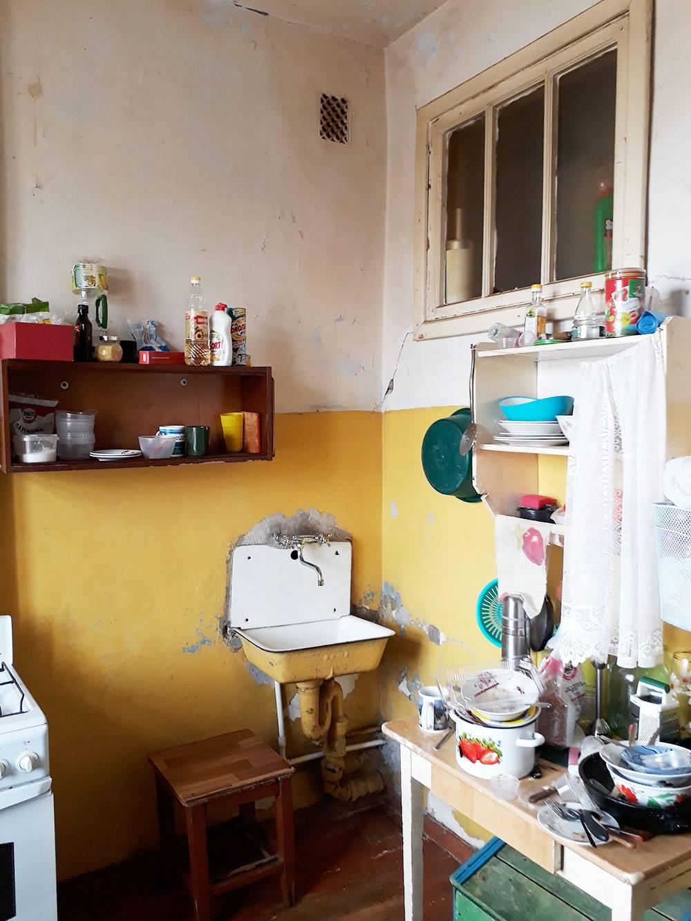 Справа кухонная зона семьи из комнаты №3
