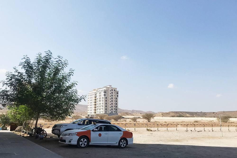 Обычно таксисты ждут своих клиентов где-нибудь в тени. Подоманским солнцем машины за секунды раскаляются так, что никакой кондиционер не спасает