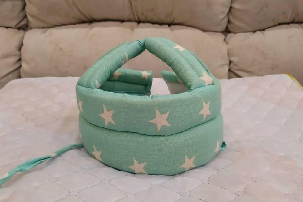 Этот шлем защищает голову ребенка, когда он падает. Покупатель был прав: он нужен максимум пару недель