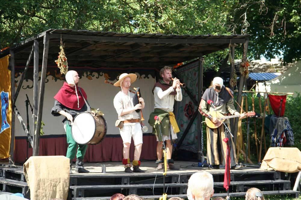Фестиваль Средневековья на Готланде привлекает огромное количество туристов. Шведы ответственно относятся к мероприятию и приезжают в полной амуниции — облачаются в яркие костюмы сами и наряжают детей