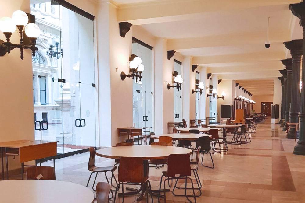 Столы в главном корпусе университета