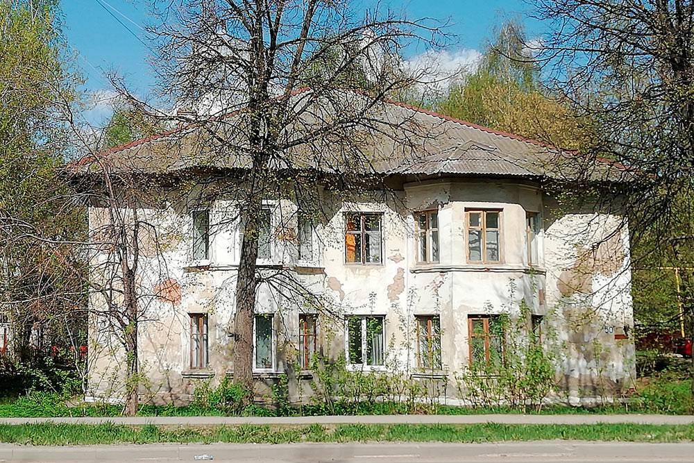 В Йошкар-Оле нередко можно увидеть такие обшарпанные дома, в которых до сих пор живут люди