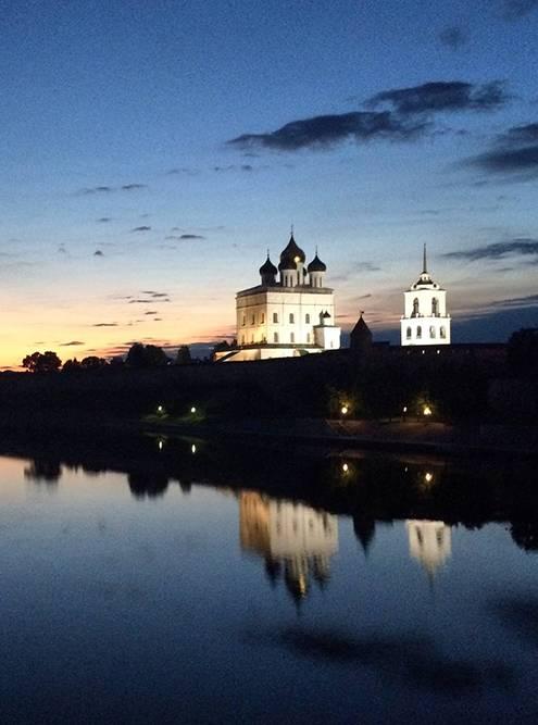 Ночной Псков: вид на Троицкий собор и реку Великую