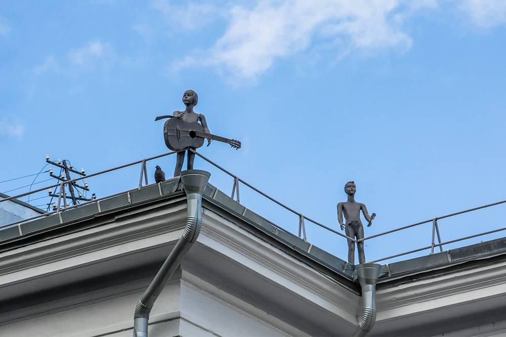 Семь фигур на крыше олицетворяют науки и искусства