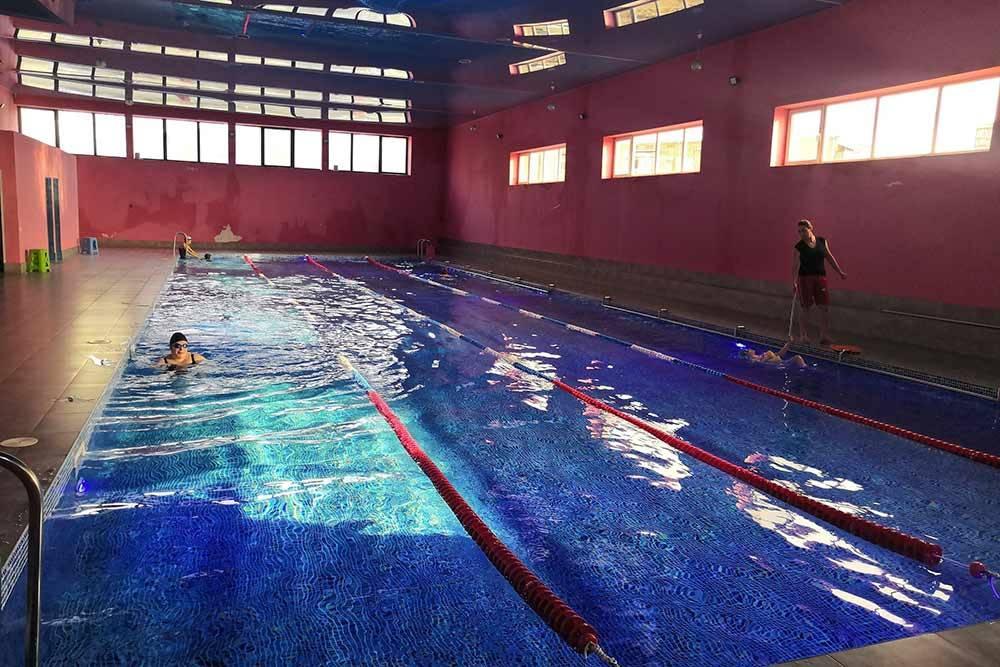 Бассейн в Мецаморе. На фото тренер дочки, ее зовут Аревик. С армянского ее имя переводится как «солнышко»