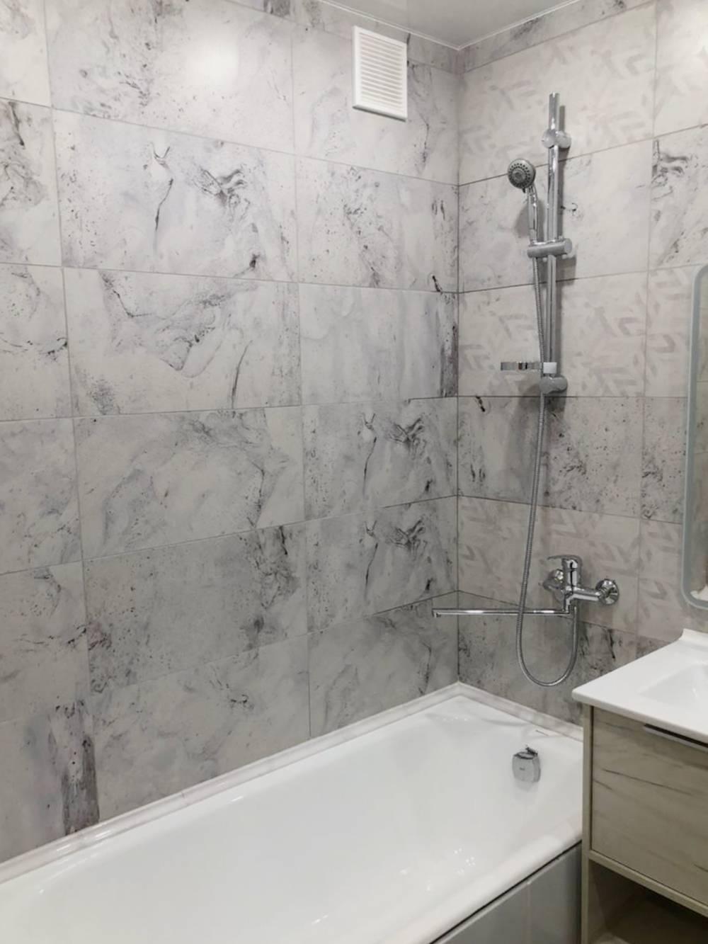 Так сейчас выглядит моя ванна со смесителем и душем. Позже установлю шторку и вешалки